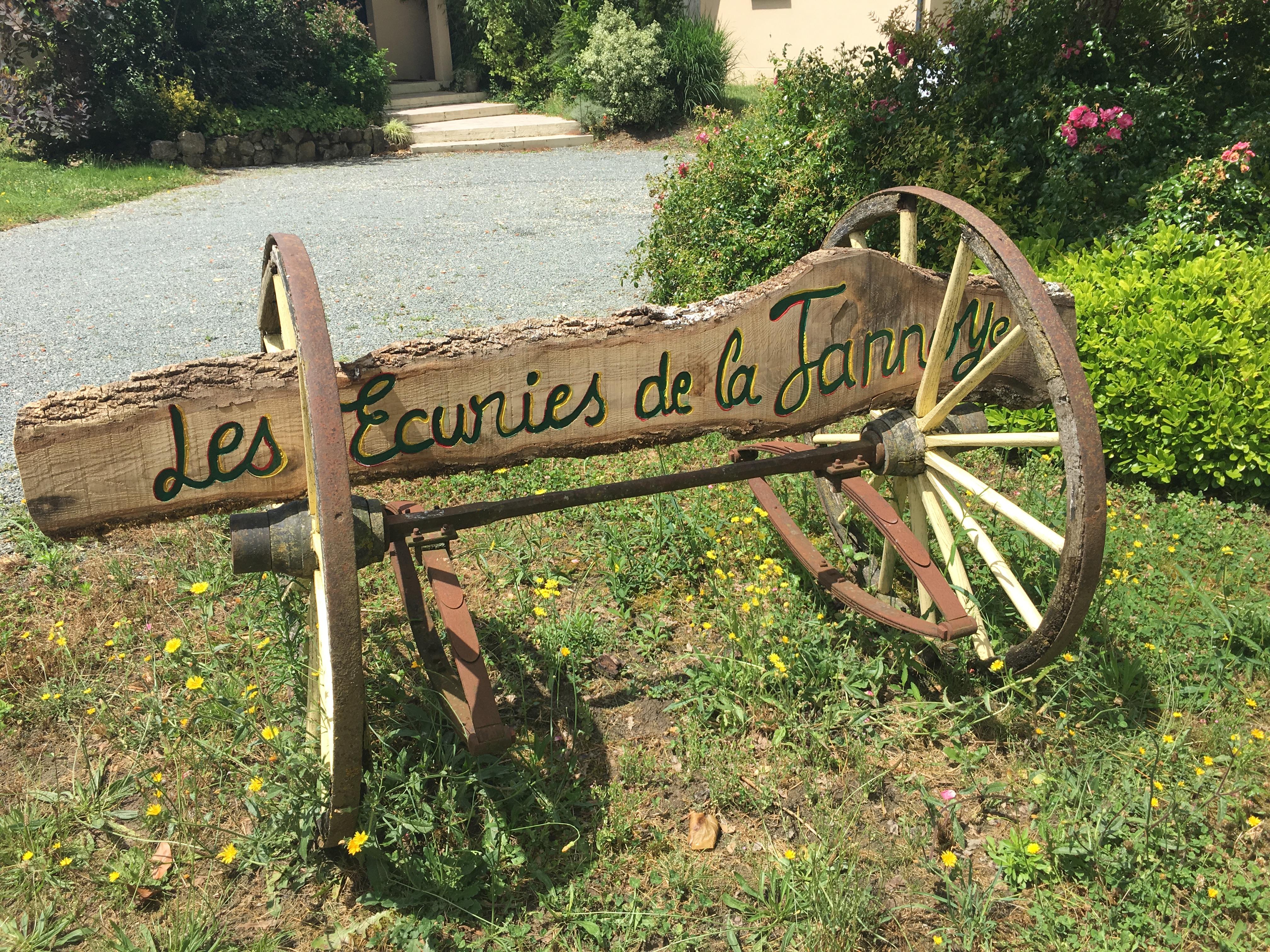 Voici l'entrée de l'Écurie de la Jannoye, écurie située près de Bordeaux.